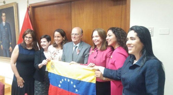 EN EL CONGRESO PERUANO, LAS MUJERES VENEZOLANAS DEMOSTRARON QUE NO SE RINDEN.