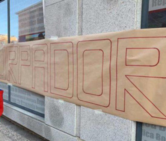 Venezolanos en Madrid rechazan frente al Consulado de Venezuela la juramentación de Maduro