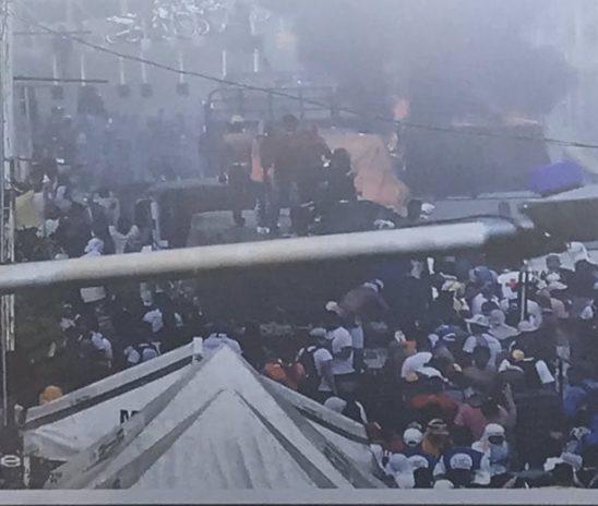 Grupos prochavismo queman camión con ayuda humanitaria en Ureña