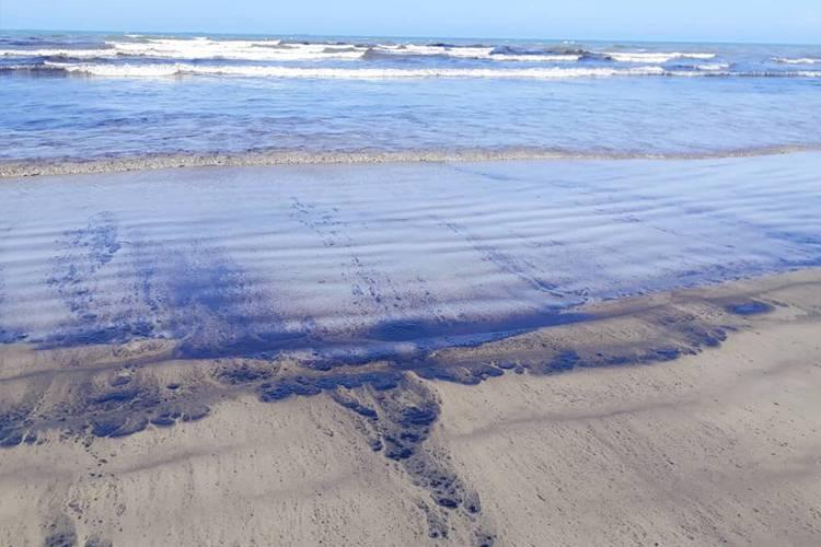 Una película de hidrocarburo se visualiza en las costas de Morrocoy como consecuencia del derrame petrolero. | Foto: cortesia