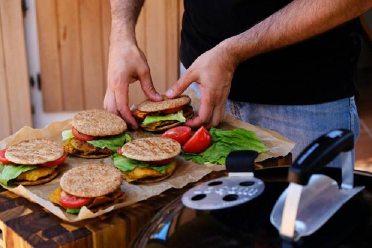 Imagen cortesía. De joven concejal a creador de su emprendimiento de hamburguesas