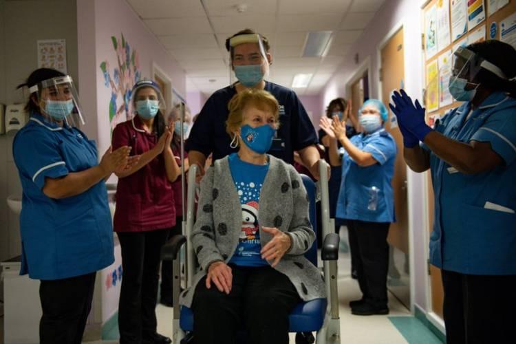MargaretKeenan, la nonagenaria que se convirtió en noticia por ser la primera en ponerse la vacuna de Pfizer