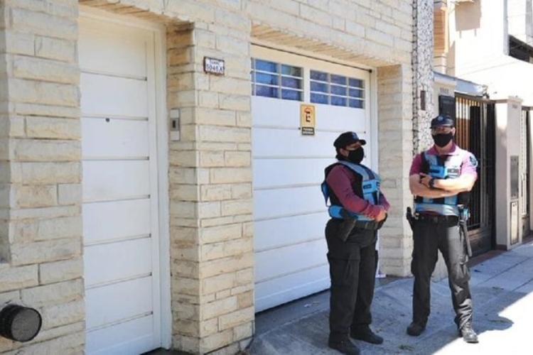Funcionarios policiales a las afueras de casa de Garzón Martínez