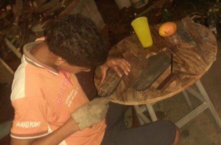 Joven que vende cholas en Bolívar. Foto: Cortesía