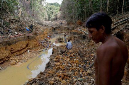 Turismo. Jóvenes indígenas en Bolívar