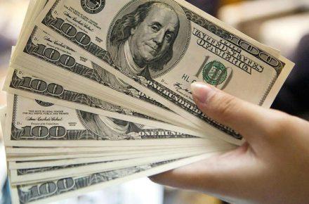 Hombre detenido por llevar plantilla para falsificación de dólares